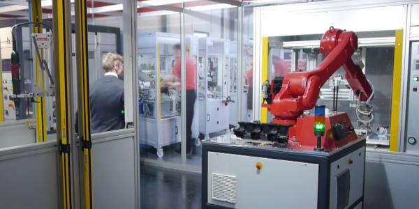 mobil robot in einer Montagezelle